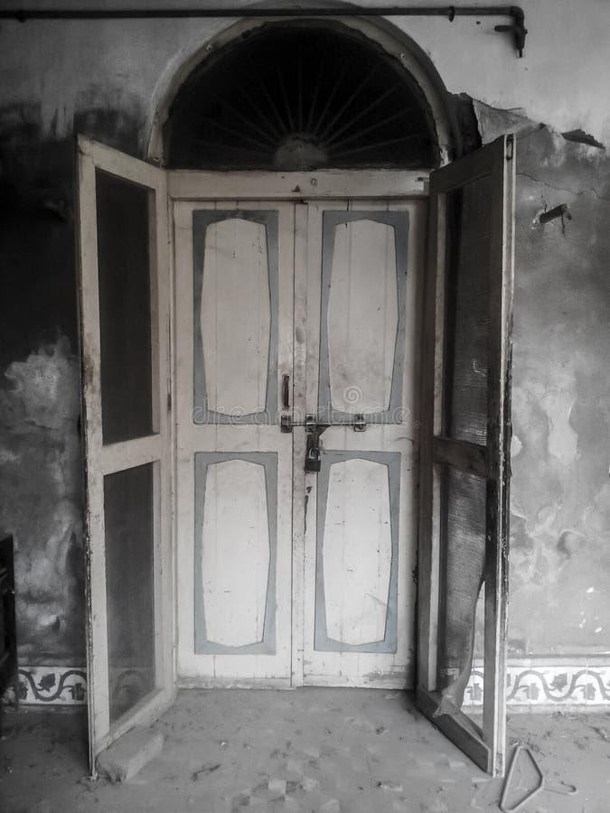 Deur van Oud Huis stock afbeeldingen
