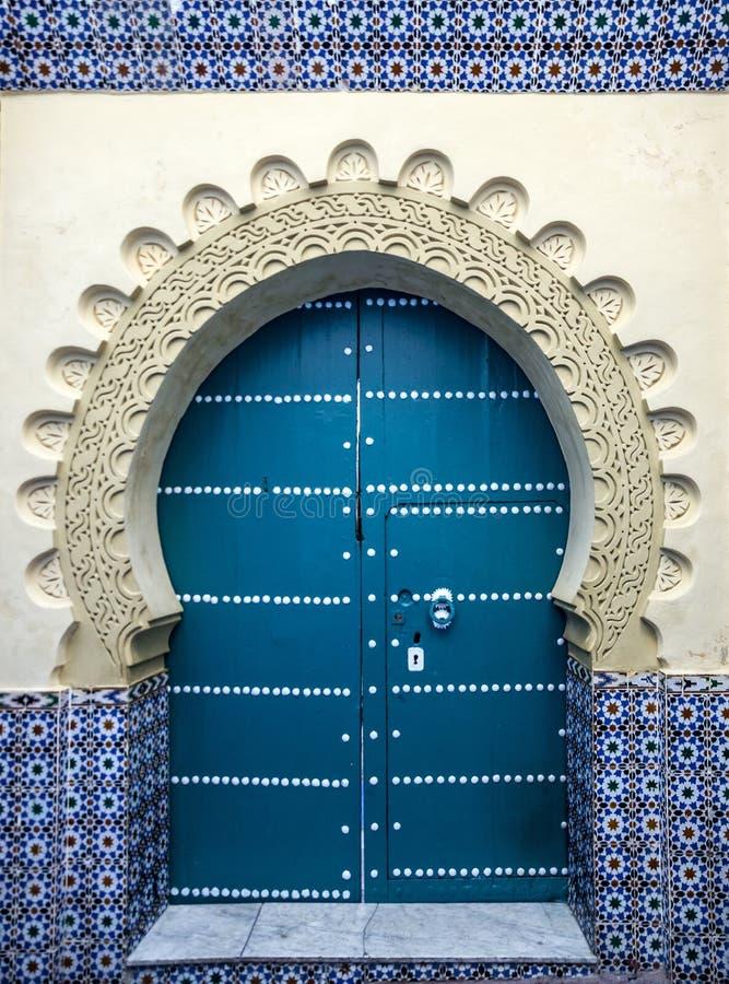 Deur van oude moskee, Tanger, Marokko stock foto