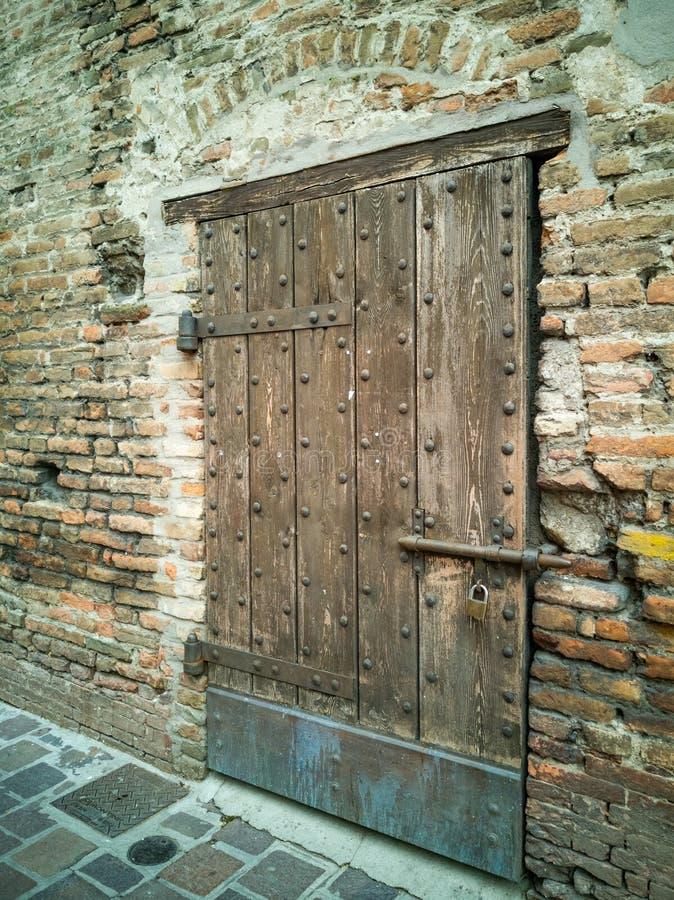 Deurdetail van de oude Toren in Goito, Mantua stock afbeelding