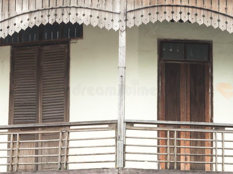 Deuren en oude concrete muren royalty-vrije stock foto