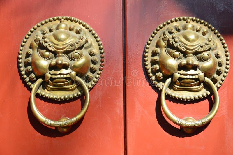 Deurgesp van rode houten deur stock foto