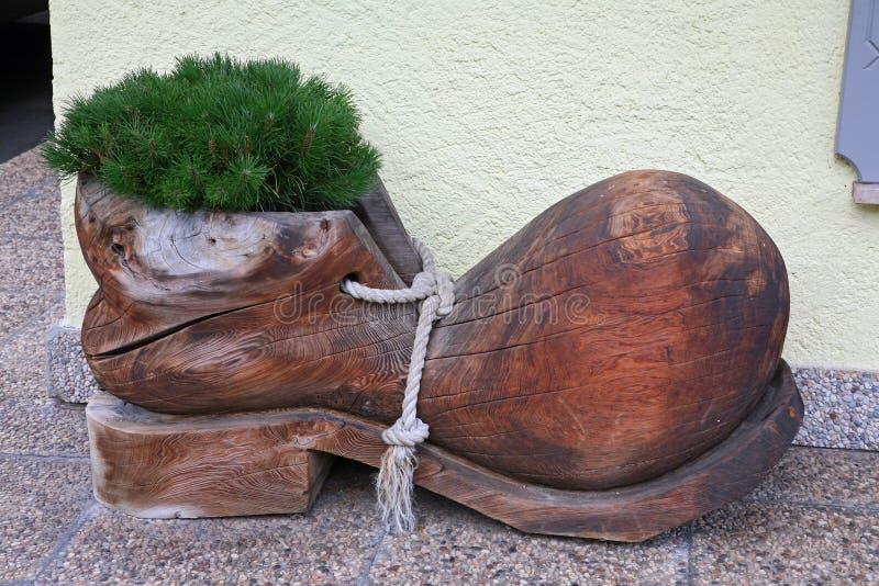 Deurinstallaties in de vorm van houten schoen Sexten stock foto
