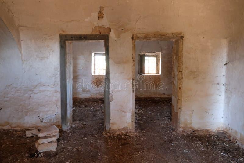 Deurkaders binnen oud verlaten Trulli-huis op het gebied van Cisternino/Alberobello in de Itria-Vallei, Puglia, Zuidelijk Italië royalty-vrije stock foto