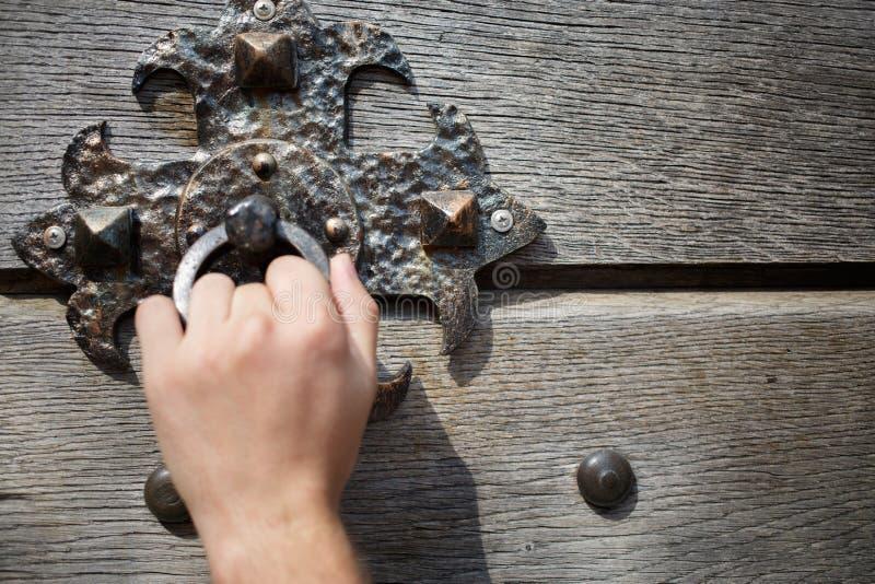 Deurkloppers op houten deur stock foto's