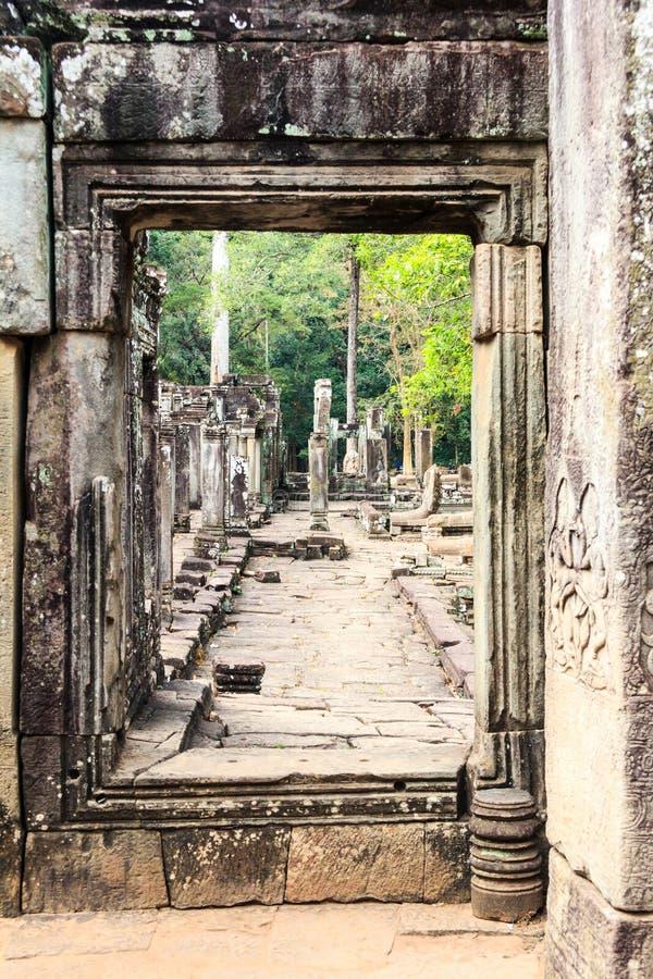Deuropening, Bayon-tempelruïnes stock afbeelding