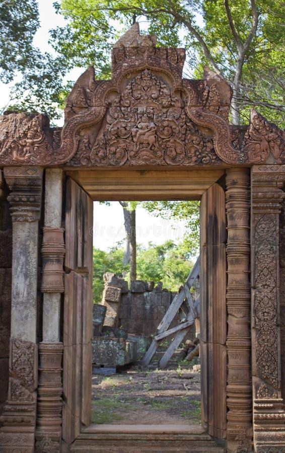 Deuropening in de Tempel van Banteay Srei stock afbeeldingen