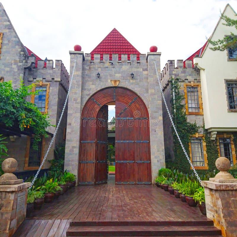 Deuropening die binnen een modern kasteel leiden royalty-vrije stock foto
