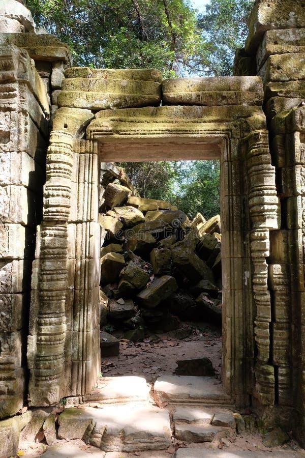 Deuropening van het oude vernietigde gebouw Oude die ruïnes met mos worden overwoekerd royalty-vrije stock foto