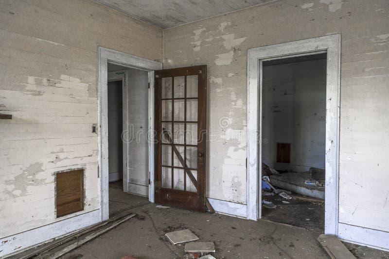 Deuropeningen in een verlaten huis schuin royalty-vrije stock fotografie