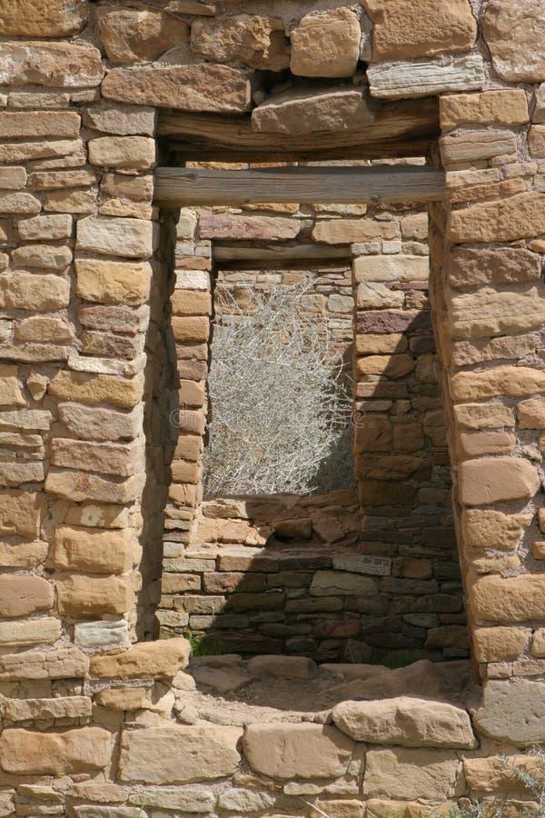 Deuropeningen in oud Inheems Amerikaans dorp royalty-vrije stock foto