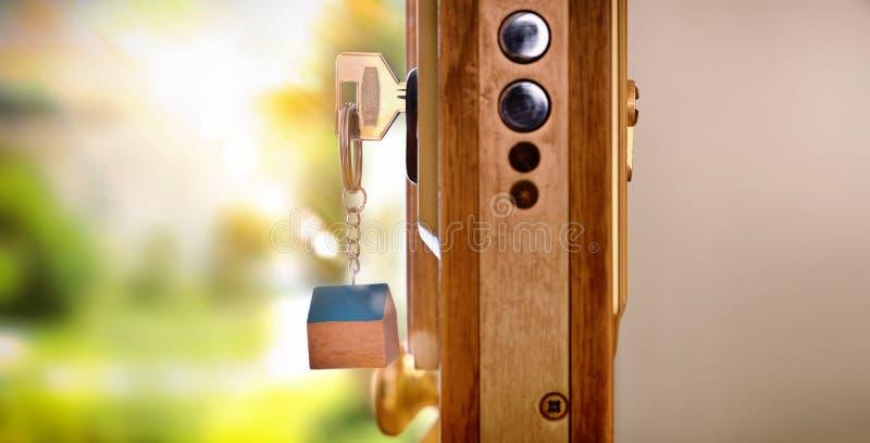 Deursectie met sleutels in het concept van de slotveiligheid royalty-vrije stock afbeeldingen