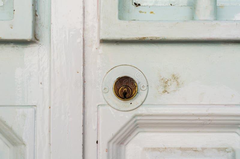 Deurslot in een oude deur met een interessante textuur, een rest stock afbeelding