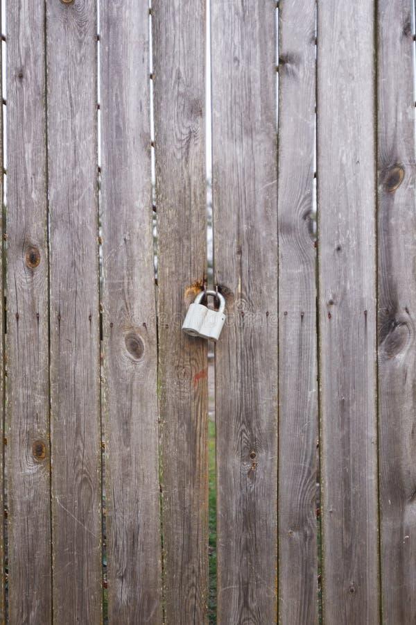 Deurslot op de oude grijze poort royalty-vrije stock foto's