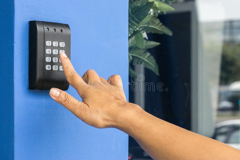 Deurtoegangsbeheer - jonge vrouw die een zeer belangrijke kaart houden om deur te sluiten en te openen , Keycard-aanraking het ve royalty-vrije stock fotografie