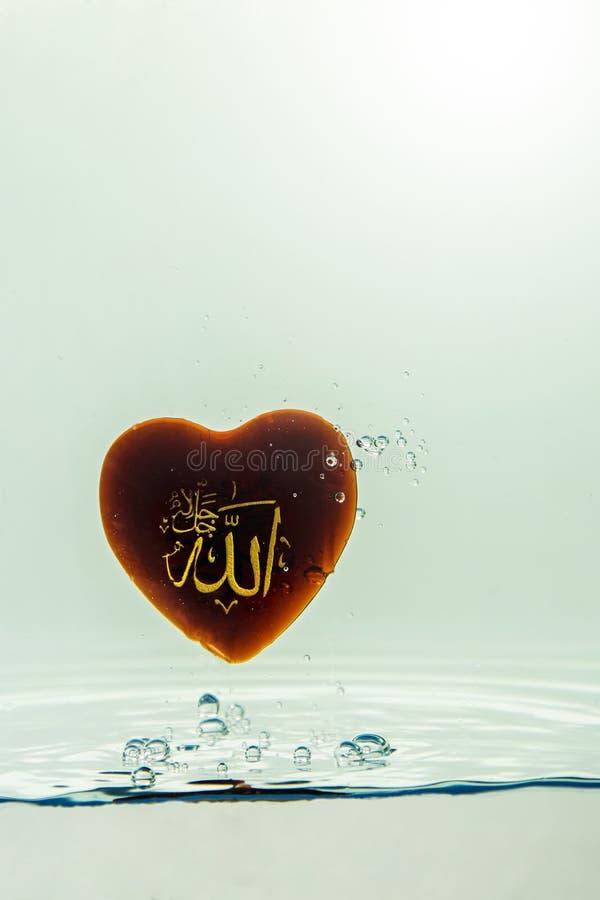 deus do ` de allah do ` do Islã com respingo da água do símbolo com bolhas do ar, no fundo branco imagens de stock