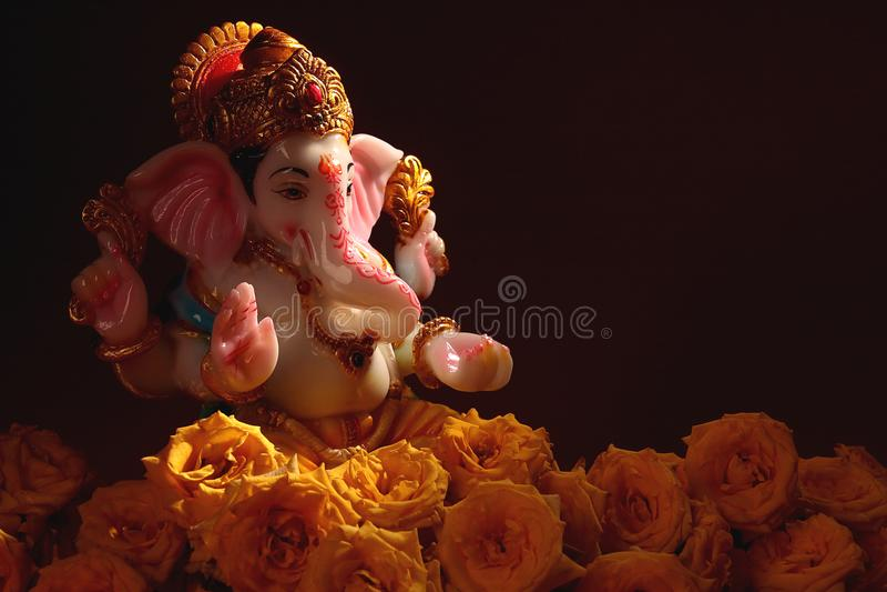 Deus hindu Ganesha com flor cor-de-rosa imagem de stock royalty free
