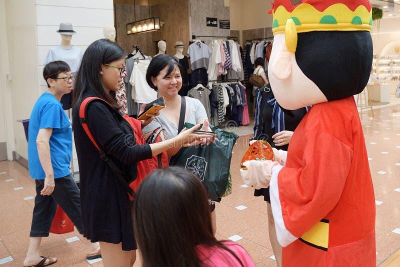 Deus recorrido da mascote da fortuna no ponto de Jurong Singapura 2018 imagem de stock