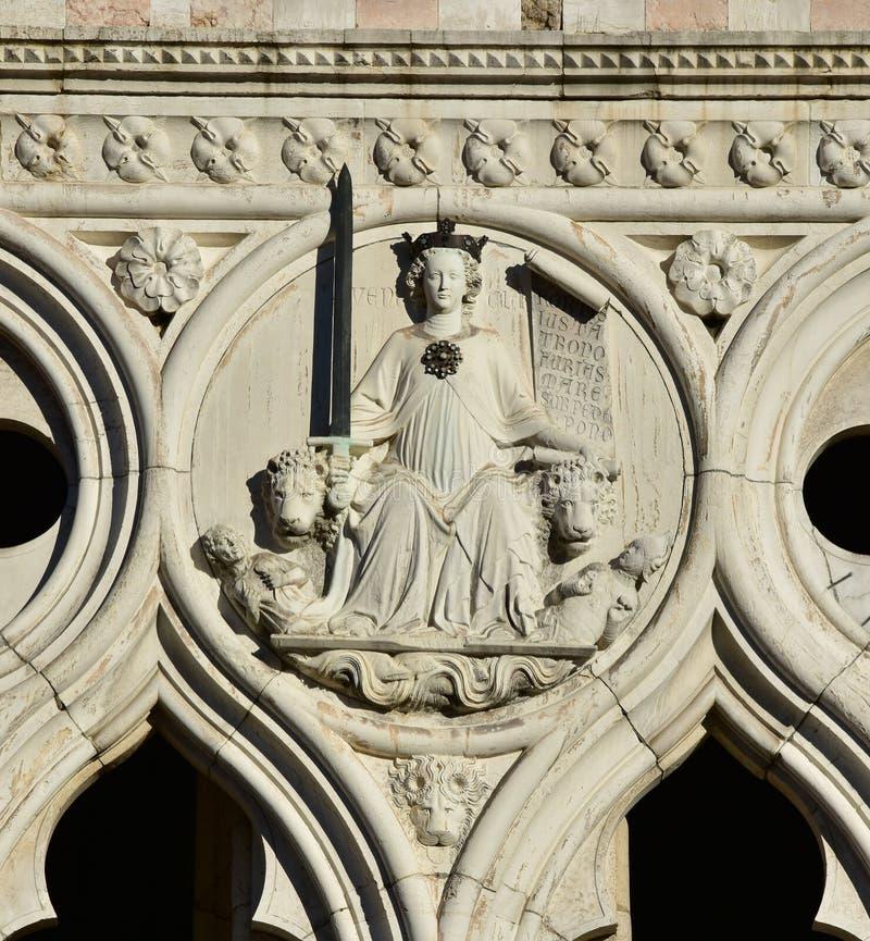 Deusa de justiça do palácio do doge em Veneza imagens de stock