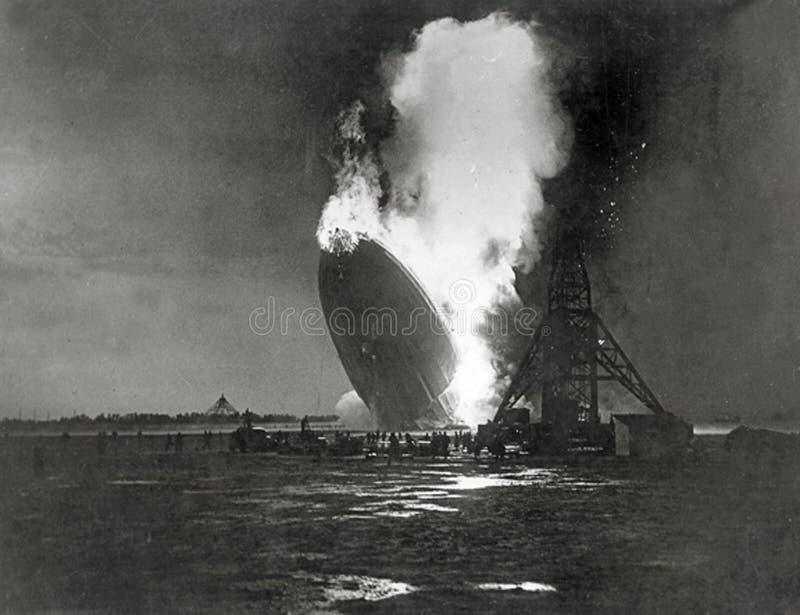 Deutsch-Hindenburg-Zeppelin explodiert lizenzfreies stockbild