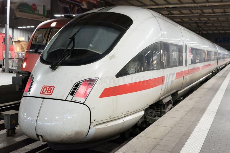 Deutsche Bahn pociska LODOWY Intercity pociąg czeka przy Monachium Główną stacją kolejową (Munchen Hauptbahnhof) zdjęcia royalty free