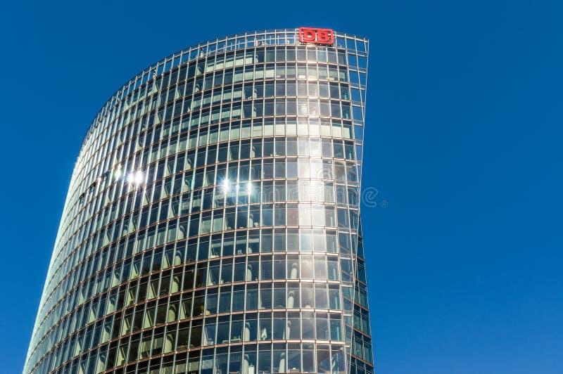 Deutsche Bahn znak na szklanym drapaczu chmur w Berlin, Niemcy obrazy stock