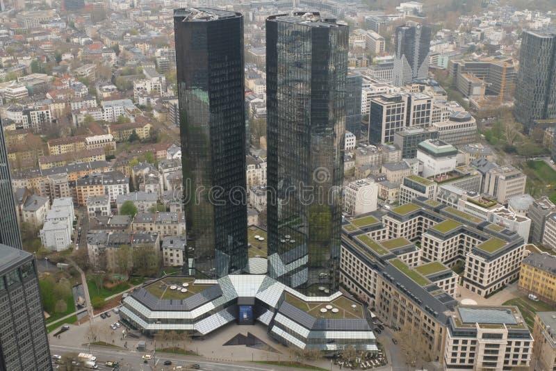 Deutsche Bank förlägger högkvarter den Arial sikten i Frankfurt royaltyfri bild