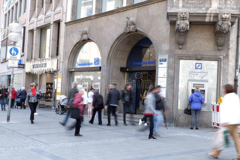 Deutsche Bank i Munich med shoppare royaltyfri fotografi