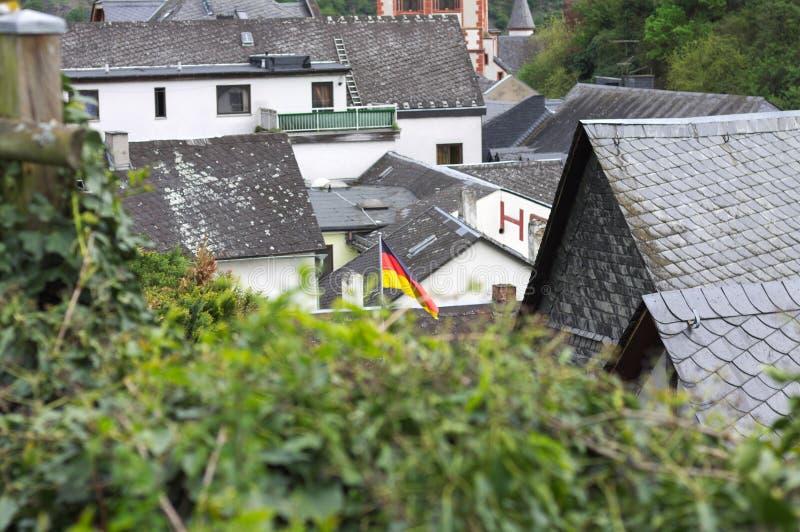 Deutsche Flagge über den Dächern von Bacharach Germanye lizenzfreies stockbild