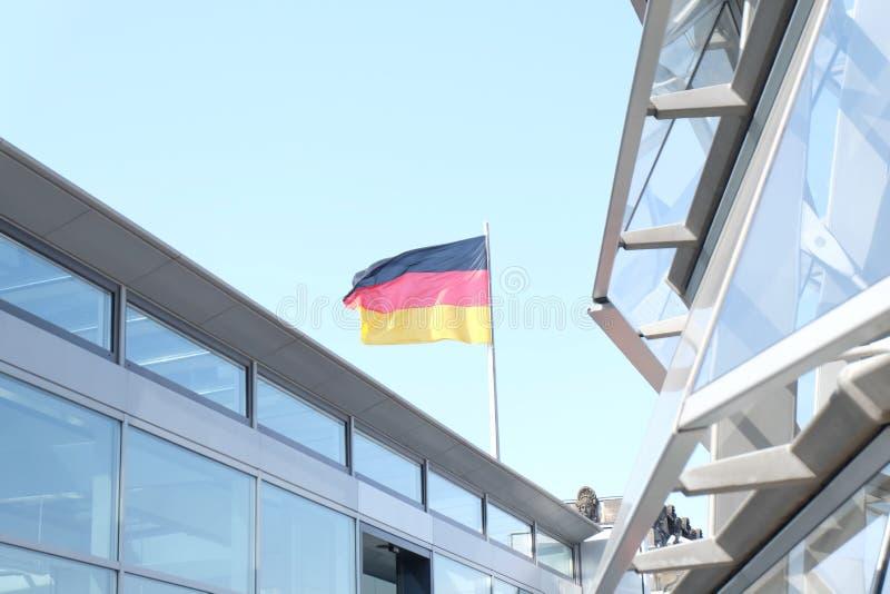 Deutsche Flagge auf dem Bundestag stockfotos