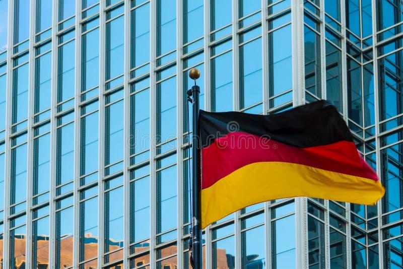 Deutsche Flagge auf dem Hintergrund des Bürogebäudes, Atlanta, USA lizenzfreies stockbild