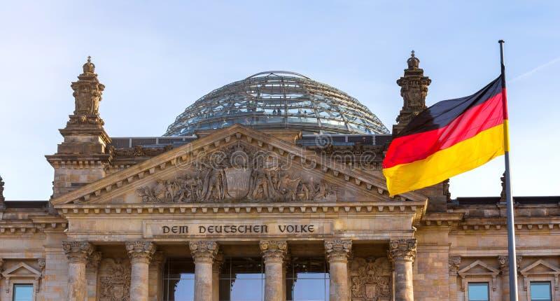 Deutsche Flagge auf Deutschem Bundestag stockfoto