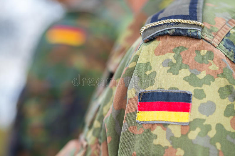 Deutsche Flagge auf deutscher Uniform stockfotos