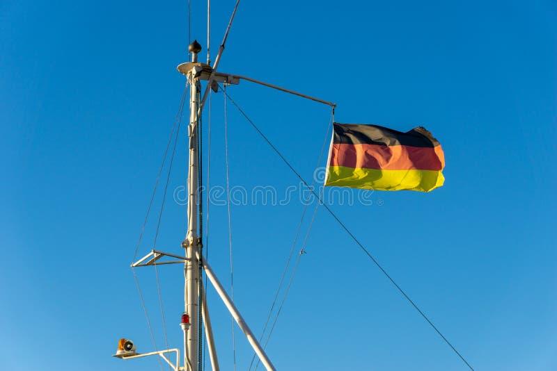 Deutsche Flagge auf einem Mast eines Bootes lizenzfreies stockbild