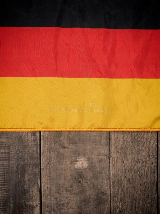 Deutsche Flagge auf Holz stockfotos