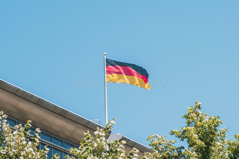 Deutsche Flagge auf Pfosten auf Gebäude - Staatsflagge von Deutschland stockfotografie