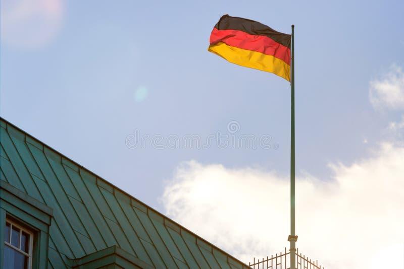 Deutsche Flagge in einem blauen Himmel lizenzfreie stockfotos