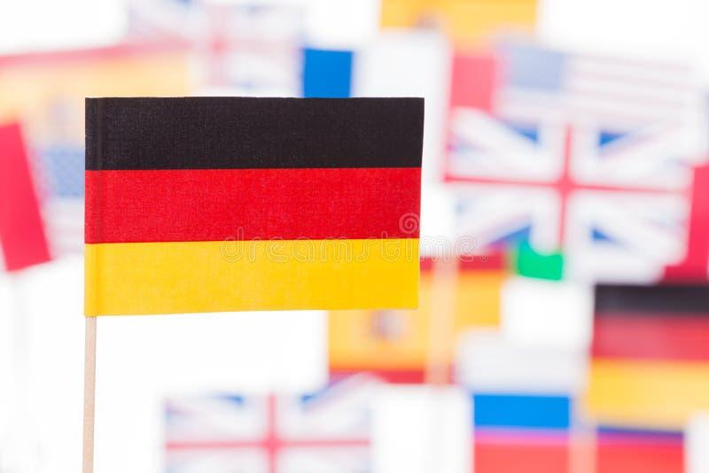 Deutsche Flagge gegen Flaggen der Europäischen Gemeinschaft Mitglieds lizenzfreies stockfoto