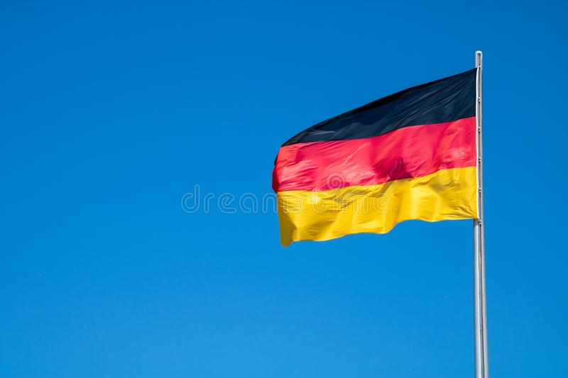 Deutsche Flagge im Wind stockfotos