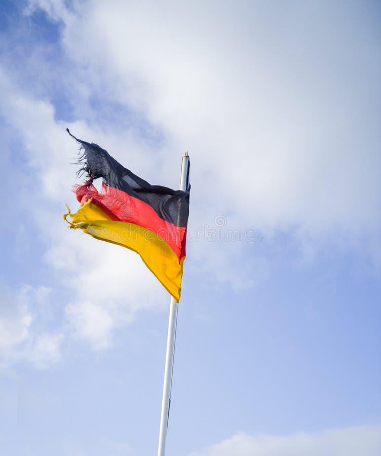 Deutsche Flagge im Wind lizenzfreie stockfotos