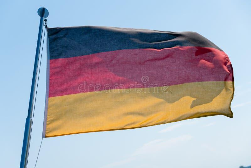Deutsche Flagge im Wind stockfotos