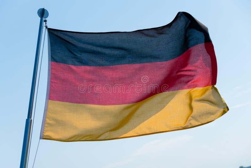 Deutsche Flagge im Wind lizenzfreies stockfoto