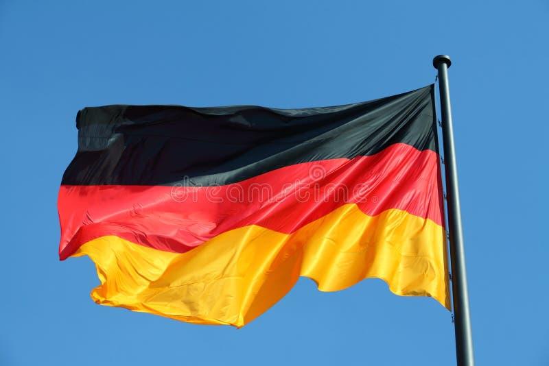 Deutsche Flagge im Wind lizenzfreies stockbild