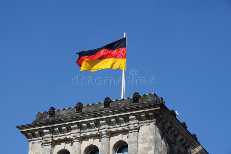 Deutsche Flagge im Wind stockfotografie