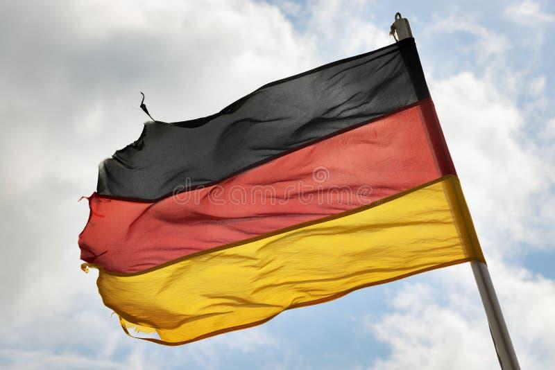 Deutsche Flagge im Wind stockfoto