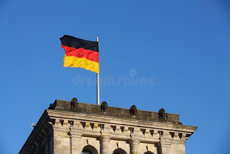 Deutsche Flagge im Wind stockbild