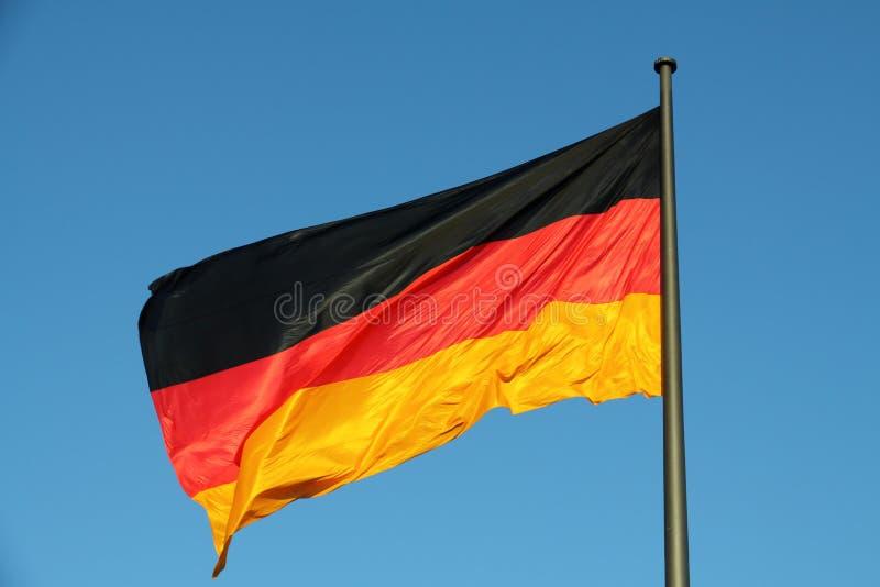 Deutsche Flagge im Wind stockbilder