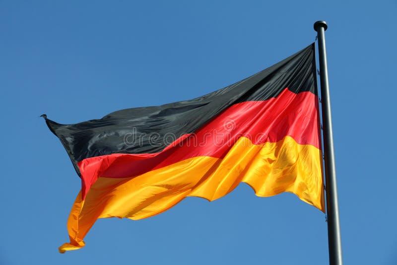 Deutsche Flagge im Wind lizenzfreie stockfotografie