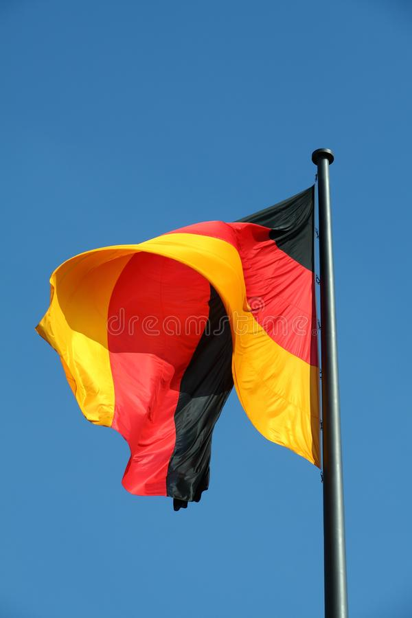 Deutsche Flagge im Wind stockfoto