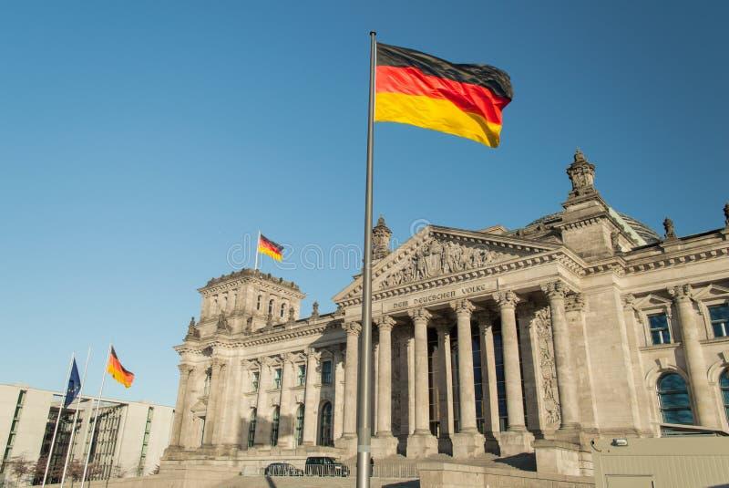 Deutsche Flagge mit Reichstag stockfotos