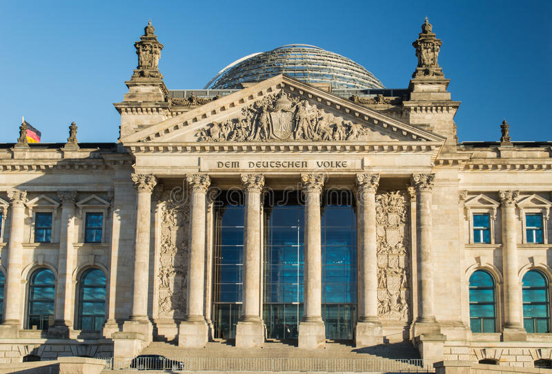 Deutsche Flagge mit Reichstag stockbild